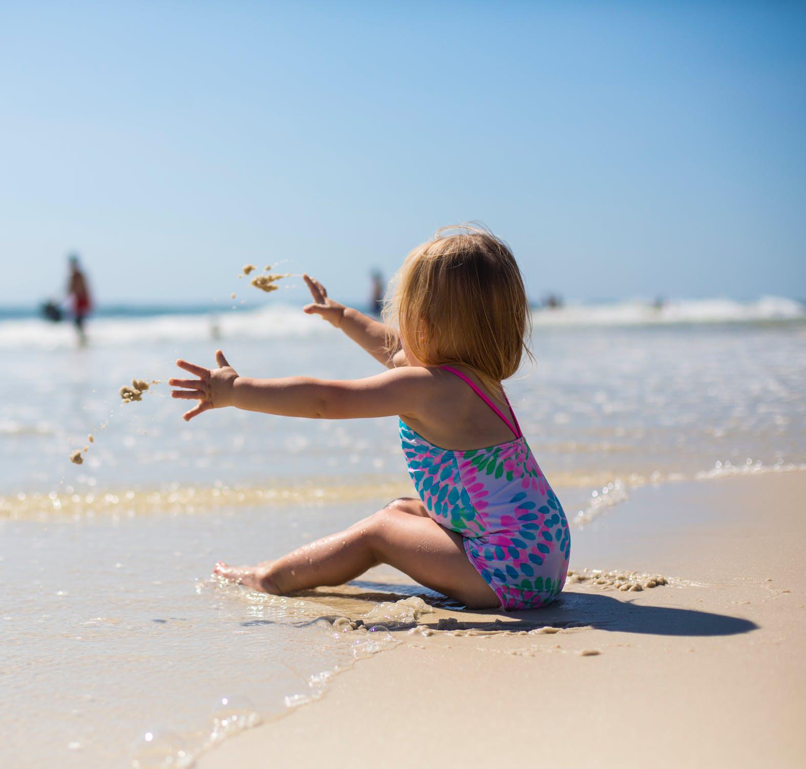 bambina spiaggia piccola